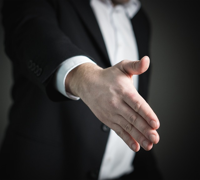 handshake 2056021 640 - 『利用者と家族のため』老人デイサービスセンターの目的とは?