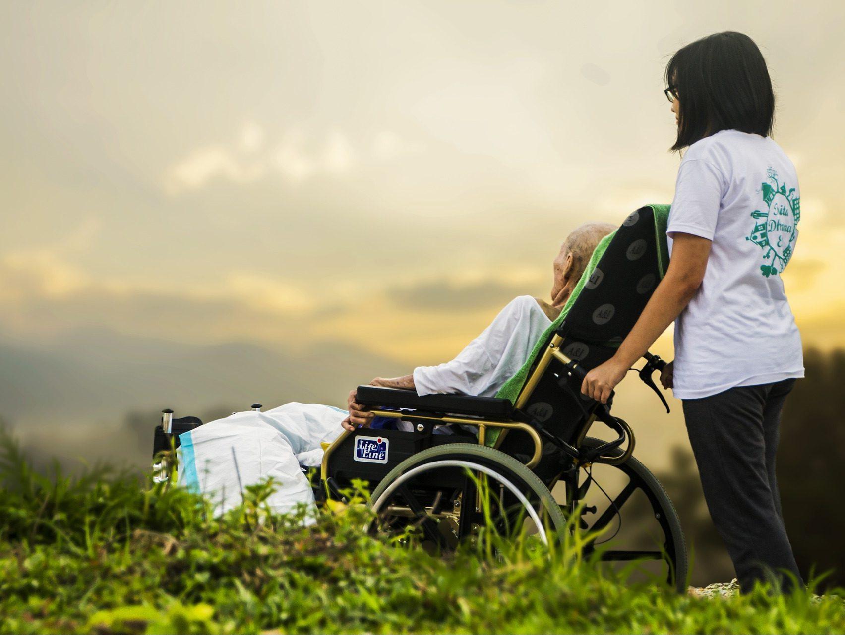 kaigo - 【必要不可欠】介護福祉士に求められる資質とは?